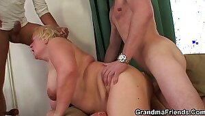 Canadian granny Brandy Dent mesmerizes her client with double penetration